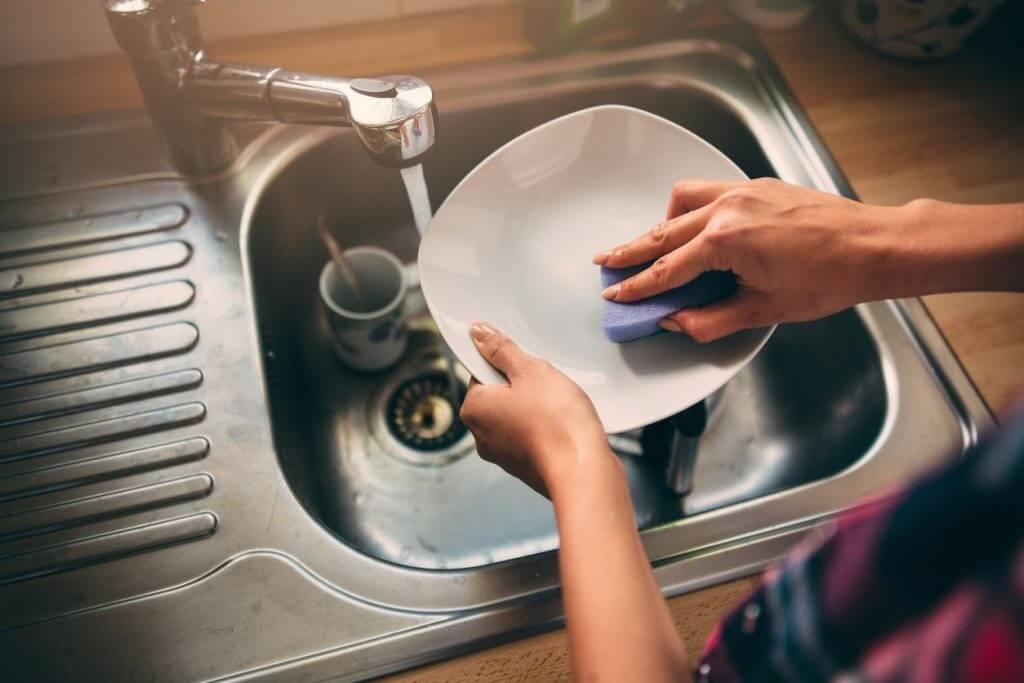 почему нельзя мыть посуду в гостях
