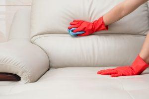 Правила удаления пятен крови с дивана