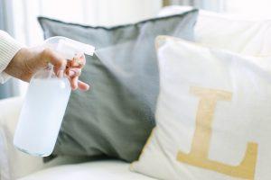 Как почистить диван содой от пятен