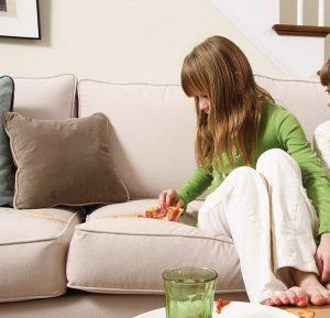 Как убрать жирное пятно с дивана