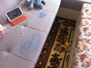 Вывести фломастер с тканевого дивана