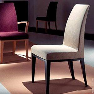 Предварительная чистка стула из ткани