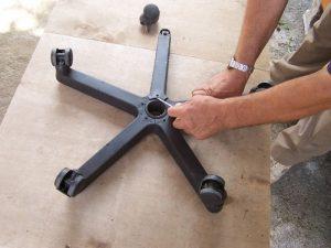 Как разобрать колёсико от кресла, чтобы почистить
