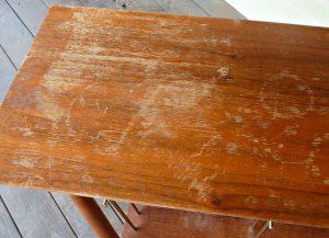 Как избавиться от царапин на деревянном столе