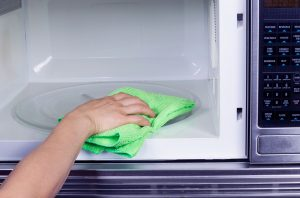 Как убрать запах из микроволновки в домашних условиях