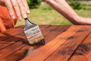 Морилка для удаления царапин с деревянного стола
