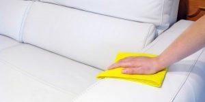 Почистить кожаный диван от пыли