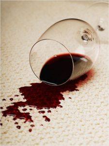 Убираем свежие пятна от красного вина с дивана