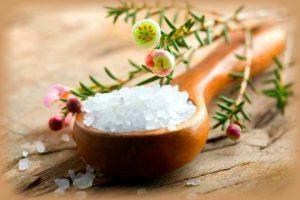 Соль от сорнякововой травы между тротуарной плиткой