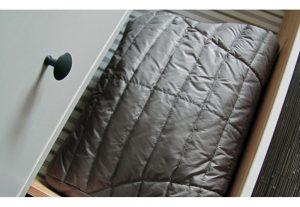 Как сложить зимнюю куртку компактно