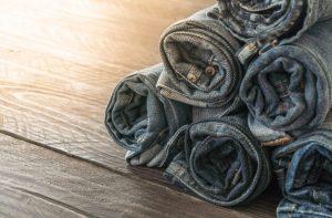 Как компактно сложить джинсы в шкафу